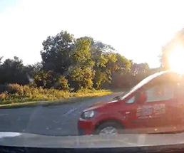 車載カメラが捉えた車と車のクラッシュ映像!タイミングがピッタリ過ぎ…w