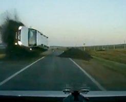 反対車線から車がこっちにぶっ飛んでくる瞬間をドラレコが捉えた!