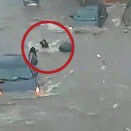 洪水に巻き込まれた女の子が下水道に吸い込まれて消える一部始終…