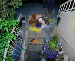 もう限界っ!ここでいいやって感じで女の子が植木鉢におしっこして様子が録画されるw