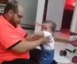 幼いわが子に虐待しながら無理やり立たせようとする父親に胸糞