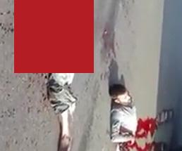 道路で胴体が真っ二つになっている男性、まだ生きてる…