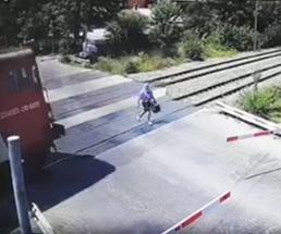 テクテクと線路を渡るお婆ちゃん、轢かれて血飛沫を撒き散らして死亡…