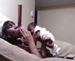 赤ん坊に煙を吹きかけ片手で乱雑に扱い逮捕される母親!