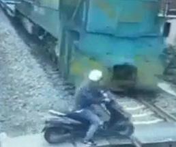 完全におバカw左右の確認もできない奴がバイクで踏切を渡った結果www
