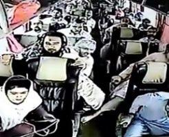 バスの転倒事故で車載カメラ捉えた車外と車内の映像