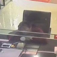 銀行へ預金しに来ていた女性が突っ込んできた車に押しつぶされる…