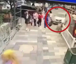 車が歩道で一番人が歩いている所にダイナミッククラッシュ…