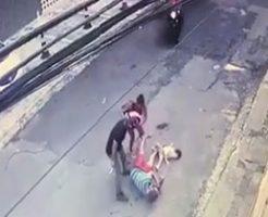 子供を抱いて歩いていた父親がメットを被った男にいきなり撃ち殺される…