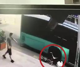 体勢を崩して倒れた自転車少女がバスに左足を轢かれてグチャグチャに…