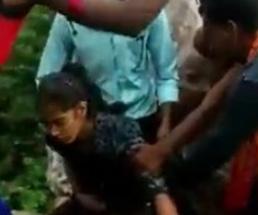 女の子が野外で男たちに代わる代わるレイプされていく陵辱映像!