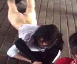 女って怖すぎw公衆の面前で半裸にされパンツを脱がされるいじめられっ子…