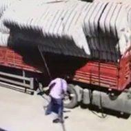 荷台の留め具を外していたら…崩れてくる荷物に潰されてしまう運転手
