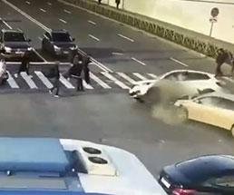 横断歩道を渡る人たちにクラッシュした車二台が突っ込む…