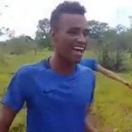 楽しそうに動画を撮っていたこの青年が30秒後には血みどろ斬首される…