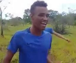 楽しそうに動画を撮っていた青年が30秒後には血みどろ斬首される…