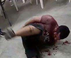カルテルによって手錠拘束された男が棒で拷問され血まみれ…