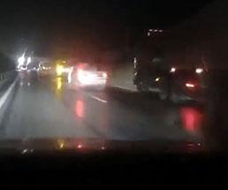 只々唖然…ハザード焚いて停車している車に突っ込むトラック…
