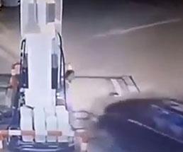 踏み間違えたってレベルじゃねーぞ…ガソスタの女性店員を襲った突っ込み事故