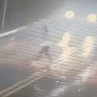 横断歩道を渡っていた女の子が車に撥ねられ吹っ飛ぶ瞬間…