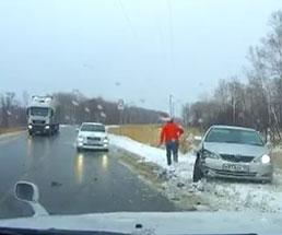氷でスリップした車って同じような動きをして激突するんだなw