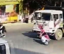 トラックの前でバイク転倒してしまった女性の末路…