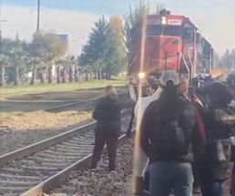 電車が何度も汽笛鳴らしてるのにこうなるのは運転手も呆れちまうよw