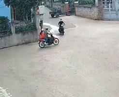 見通しの悪い十字路でバイク同士の盛大なクラッシュ事故