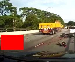 バイクが大型トラックに轢かれる瞬間が衝撃的すぎる…