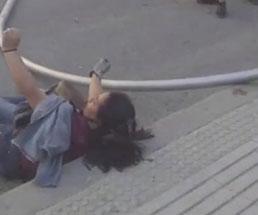 暴動で街灯を引っ張り倒していたら下敷きになってしまった女性…