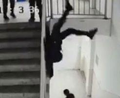 今年最後のダーウィン!?手すりで遊んでいた男性がそのまま落下…