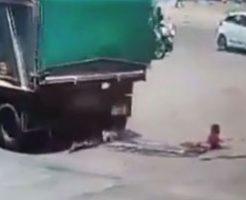 大型トラックに轢かれたバイクの運転手たちが身体を潰されてるんだが…
