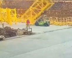 建設現場で足場が崩れ落下事故が起きる様子…