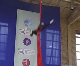 美人体操選手が練習中に落下する瞬間と痛がっている様子…
