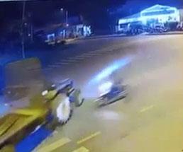 バイクがトラックに突っ込んで木端微塵になってしまう