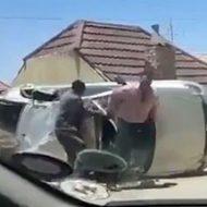 事故車から男たちが出てきて何事もなかったかのように颯爽と立ち去る姿がおもしろいw