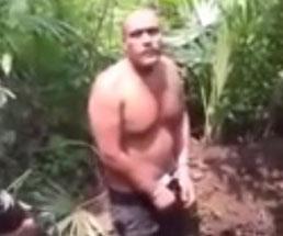 ライフルで頭をぶち抜かれるカルテルの男性…