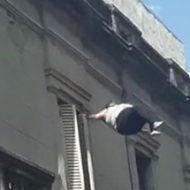 超巨体女性が建物から落下!マットを下に敷いてくれたにもかかわらず…