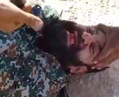 髭もじゃの兵士が生きたまま斬首されて殺される映像…