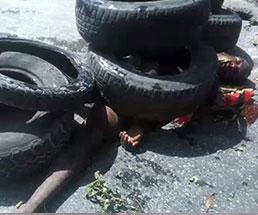 恐らく亡くなっているであろう男性がタイヤの下敷きにされ燃やされる…