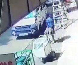 何の前触れも無く急発進してきたバンに轢かれる女性
