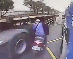 バスとトラックの間を逆走する常識の無いバイクはこうなる…