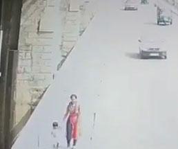 子供を連れて歩いていた母親が子供を残していきなり飛び降りる…