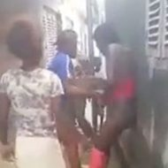ピンクの服を着た黒人女性が服を剥ぎ取られてフルボッコに…