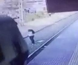 ホームから線路に飛び出してゆっくり侵入してきた電車に轢かれる女性…
