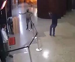 受付に立っていた男性がフードを被った男二人にいきなり射殺される…