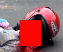 地面に倒れ口と鼻から大量の血を溢れさせながらビクビクと死にかけている女性