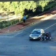 バイクが止まらずに侵入してきた車に激突して運転手が吹っ飛ぶ…
