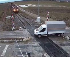 電車が来ているにもかかわらず遮断器ぶっ壊して線路に侵入したトラックが…