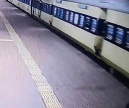 どうしてそうなった!?画面外から電車に運ばれてくる男性